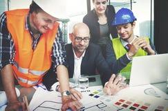 Arkitekter och formgivare som arbetar i kontorsbegreppet royaltyfria foton