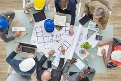 Arkitekter och teknikerer som planerar på ett nytt projekt Royaltyfri Fotografi