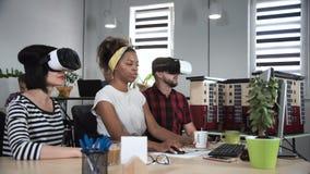 Arkitekter som arbetar i VR-exponeringsglas arkivfilmer