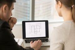 Arkitekter som arbetar med byggnadsplanet på bärbar datorskärmen, slut upp royaltyfria foton