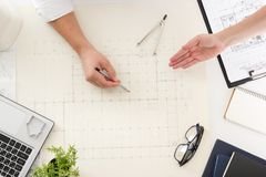 Arkitekter som arbetar på ritningen, fastighetprojekt Arkitektarbetsplats - arkitektoniskt projekt, ritningar, linjal Fotografering för Bildbyråer