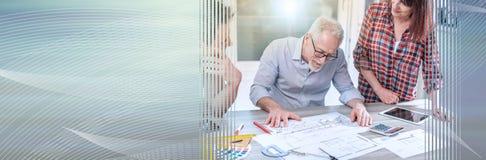 Arkitekter som arbetar p? plan, ljus effekt panorama- baner arkivfoton