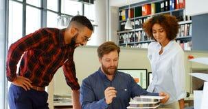 Arkitekter som diskuterar över byggnad, modellerar på skrivbordet 4k lager videofilmer