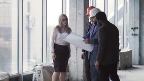 Arkitekter som diskuterar inre och yttersidan arkivfilmer
