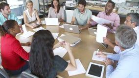 Arkitekter som sitter runt om tabellen som har möte arkivfilmer