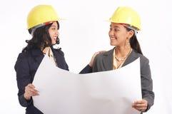 arkitektkvinnlig två som fungerar Arkivfoto