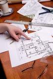 arkitektleverantörteknikern planerar kvinnaarbeten Arkivbild