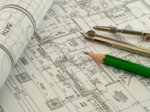 Arkitektonisk bakgrund med plan, ritningrulle, blyertspennan och teckningskompasset tekniska teckningar arkivfoton