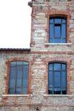 arkitektonisk detalj av de stora fönstren av ett gammalt industriellt b Royaltyfri Bild