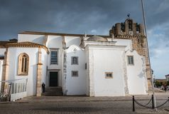 Arkitektonisk detalj av den Faro domkyrkan på en vårdag Arkivfoton