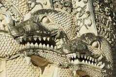 Arkitektonisk detalj av den mytologiska jätte- ormen för Naga på den 15th århundradePrasat templet i Chiang Mai, Thailand Royaltyfri Fotografi