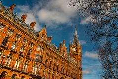 Arkitektonisk detalj av det St Pancras ren?ssanshotellet i London arkivfoton