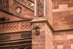 Arkitektonisk detalj av domkyrkan av vår dam av Freiburg Arkivfoton
