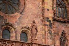 Arkitektonisk detalj av domkyrkan av vår dam av Freiburg Arkivfoto