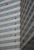 Arkitektonisk detalj av en modern glass skyskrapabyggnad royaltyfria foton