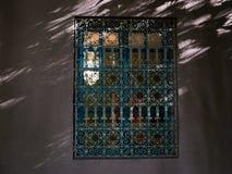 Arkitektonisk detalj av ett fönster med ett orientaliskt staket på solnedgången i den Majorelle trädgården, Marrakech, Marocko Royaltyfri Bild