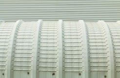 Arkitektonisk detalj av metall som taklägger på kommersiell konstruktion Arkivbild