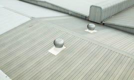 Arkitektonisk detalj av metall som taklägger på kommersiell konstruktion Arkivbilder