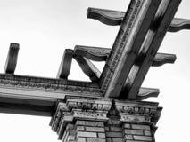 Arkitektonisk detalj för trä- och stenspaljé i Budapest arkivfoto