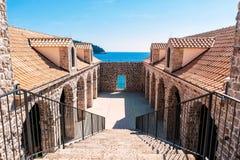 Arkitektonisk detalj inom väggarna av den gamla staden Dubrovnik royaltyfria foton