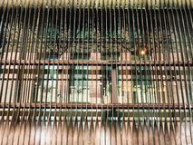 Arkitektonisk detalj, kopparfärgade metallluftventiler arkivfoto