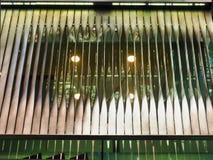 Arkitektonisk detalj, kopparfärgade metallluftventiler arkivfoton