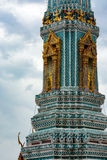 Arkitektonisk detalj på en prang eller torn, på den storslagna slotten i Bangkok, Thailand Arkivfoton