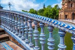 Arkitektonisk detalj p? en bro p? plazaen de Espana i staden av Seville i den Andalusia regionen av Spanien royaltyfria bilder