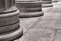 Arkitektonisk kolonnsockel på marmorSlabgolv Arkivbilder
