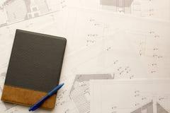 Arkitektonisk konstruktionskontorsbakgrund med minnestavlan och pennan Arkivfoto