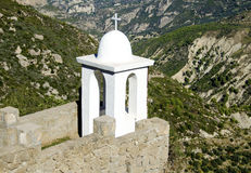Arkitektonisk kristen beståndsdel på kanten av en grekisk klostergård Royaltyfri Fotografi