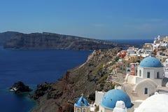 Arkitektonisk mångfaldOia by på kanten av vulkancalderaen av den Santorini ön Royaltyfri Fotografi