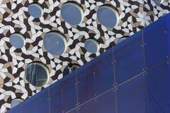 arkitektonisk reflekterad shopping för detaljbalkar glass galleria Royaltyfri Bild