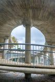 Arkitektonisk spiral stigning från lägre trottoar vid floden arkivbild