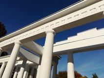 Arkitektonisk struktur av vita kolonner och tjock skiva arkivbild