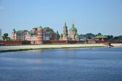 Arkitektonisk struktur i kombination med floden Royaltyfri Bild