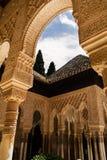 Arkitektoniska detaljer av bågar och dekorerade kolonner royaltyfria bilder