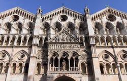 Arkitektoniska detaljer av den Ferrara duomoen Fotografering för Bildbyråer