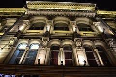 Arkitektoniska detaljer av en historisk byggnad med belysning Royaltyfri Foto
