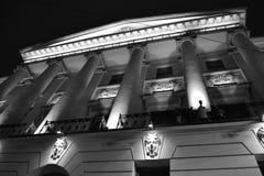 Arkitektoniska detaljer av en historisk byggnad med belysning Fotografering för Bildbyråer