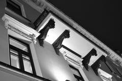 Arkitektoniska detaljer av en historisk byggnad med belysning Arkivbilder