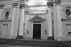 Arkitektoniska detaljer av en historisk byggnad med belysning Arkivfoton