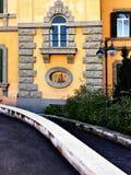 Arkitektoniska detaljer av en italiensk byggnad Arkivbilder