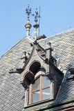 Arkitektoniska detaljer av slotten med ett svart belagt med tegel tak Pra arkivfoto