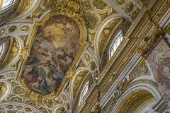 Arkitektoniska detaljer med guld- prydnader och inre av Churc Royaltyfria Foton