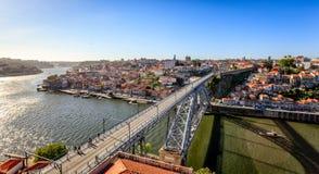 Arkitektoniska Dom Luis Bridge på Porto Portugal Royaltyfri Bild