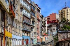 Arkitektoniska högväxta byggnader längs den Porto gatan Arkivfoton