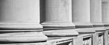 Arkitektoniska kolonner på en federal domstolsbyggnad Arkivfoto
