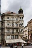 Arkitektoniska mästerverk på gatorna av Prague royaltyfria foton