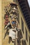 Arkitektoniska och heraldikdetaljer på gammalt hus i Florence royaltyfri fotografi